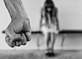 Czy klaps rzeczywiście jest rodzicielską porażką?