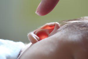 przekłuwanie uszu niemowlętom