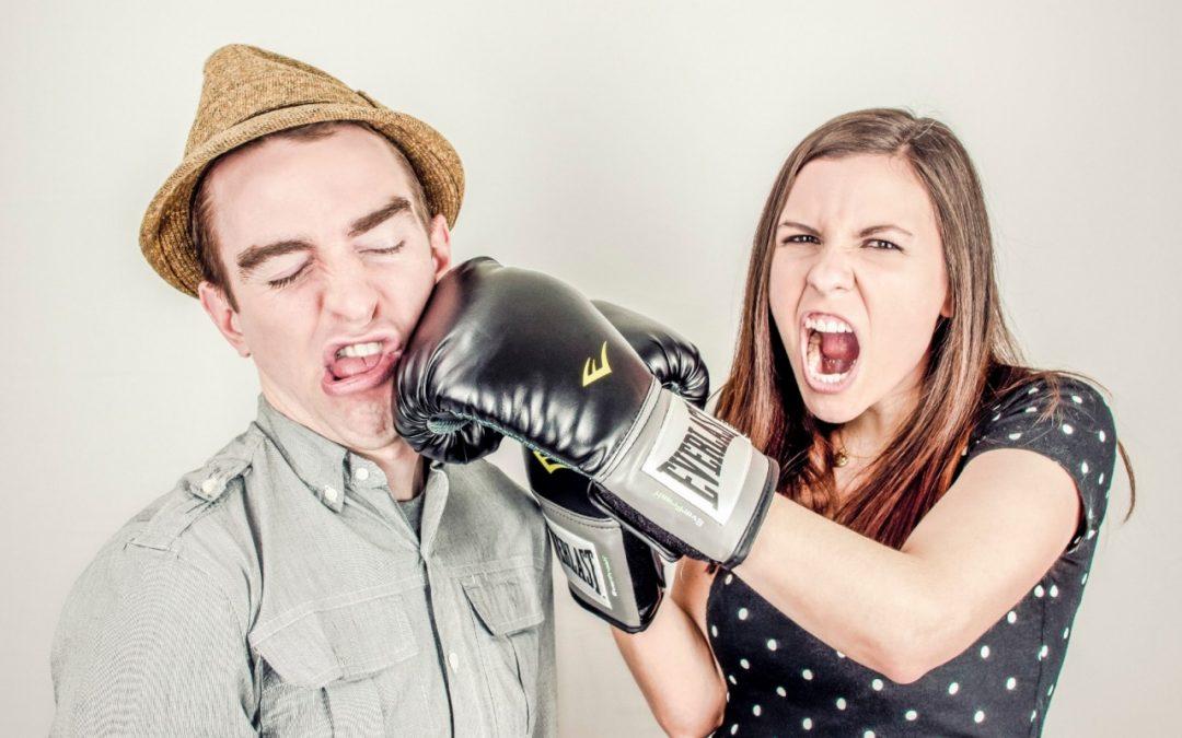 Gdy kobieta bije, jest śmieszniej?