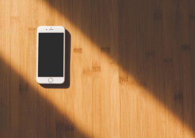 telefon komórkowy w miejscu publicznym